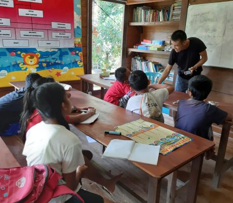 Children learning English from International volunteers